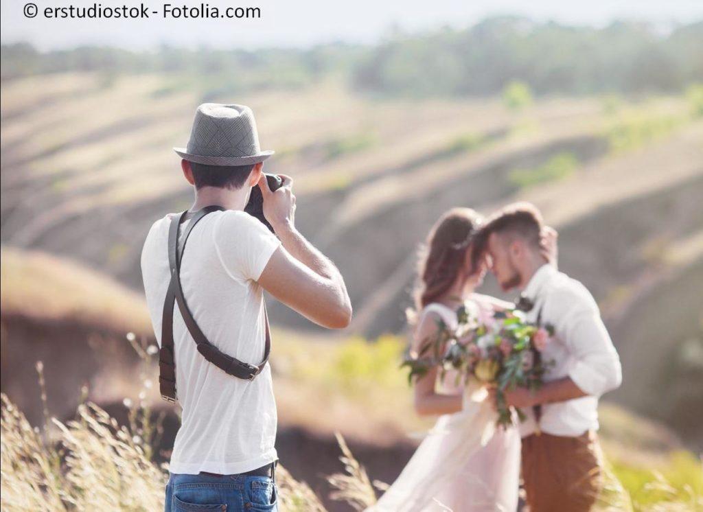 Professionelle Fotografen stehen für traumhafte Bilder für die Ewigkeit - #120864781   © erstudiostok - Fotolia.com